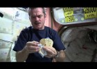 Making a Peanut Butter Sandwich in Outer Space | CSA ISS Science HD Video | Recurso educativo 101611